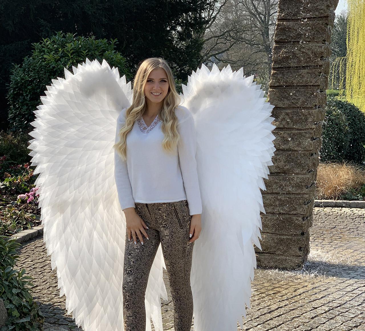 Porträt von Mädchen mit Flügeln