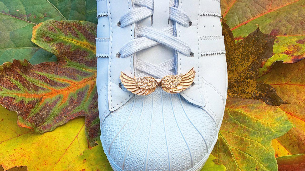 Schuh auf Herbstblättern