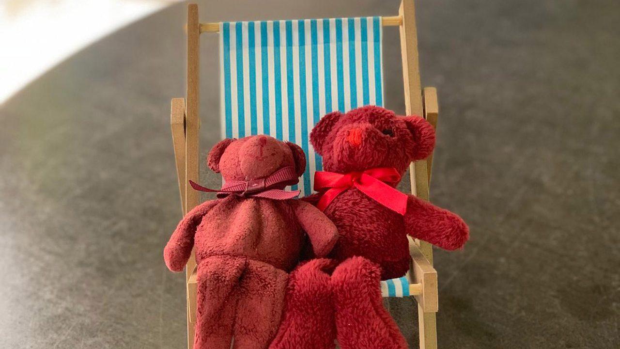 Teddybären auf Liegestuhl