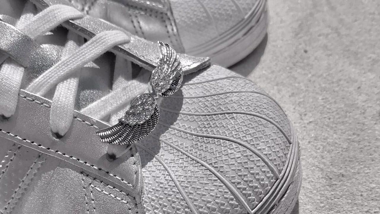 Schuh mit Flügelschmuck